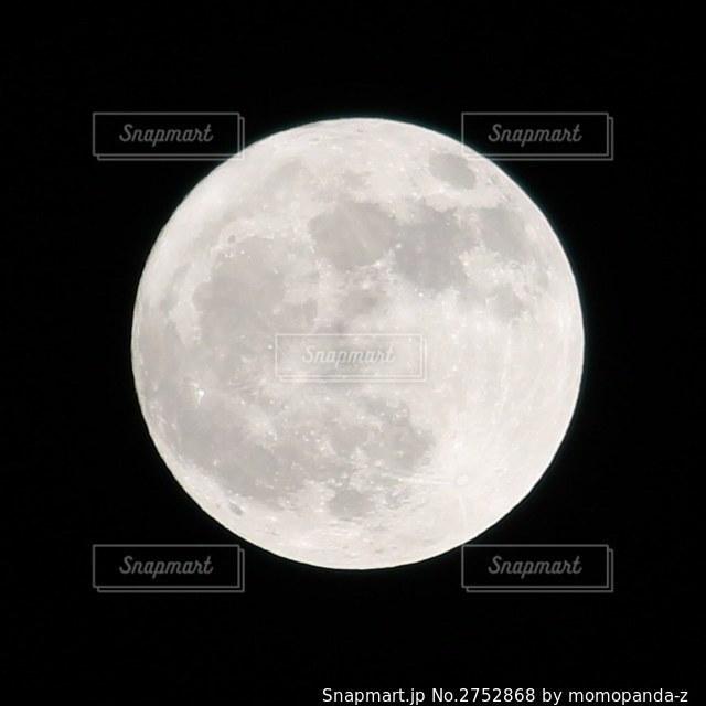 吸い込まれそうな月の写真・画像素材[2752868]
