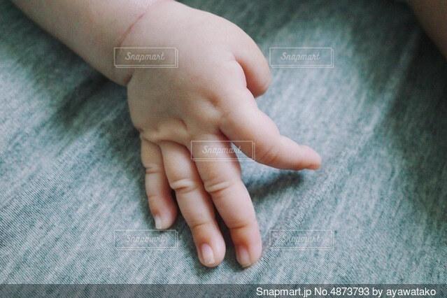 赤ちゃんの手の写真・画像素材[4873793]