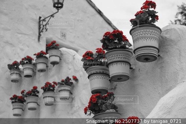 地中海風な街並みをモノクロで撮影してみました。赤が映えていて、オシャレに見えませんか?♪の写真・画像素材[2507737]