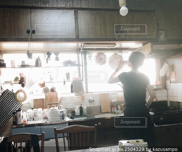 台所に立っている人の写真・画像素材[2504129]