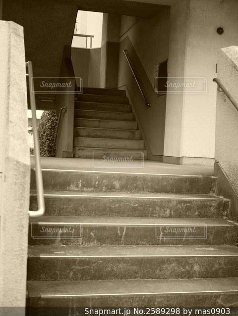 団地の入り口の階段の写真・画像素材[2589298]