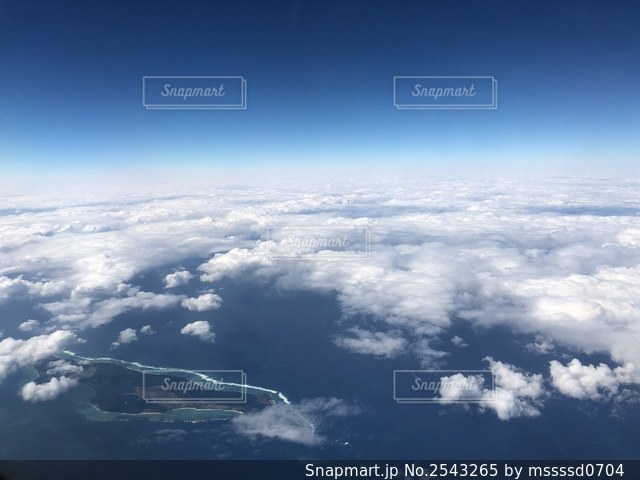 雲の多い空の眺めの写真・画像素材[2543265]