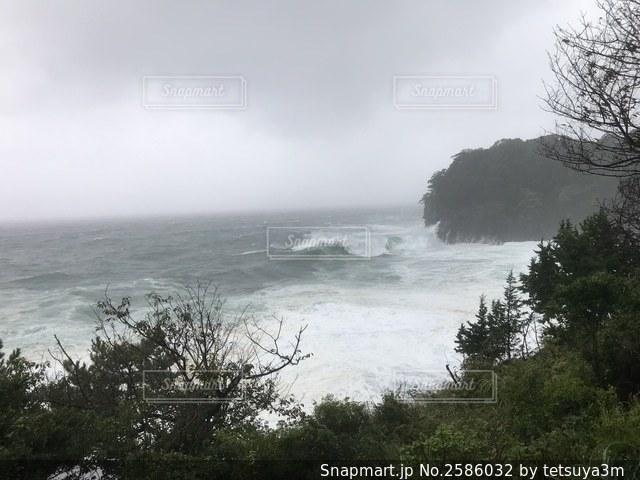 台風19号の波、伊豆高原の写真・画像素材[2586032]