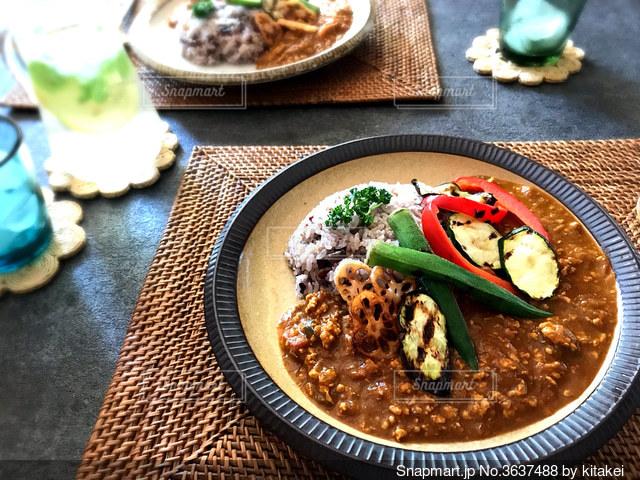 食べ物の皿をテーブルの上に置くの写真・画像素材[3637488]