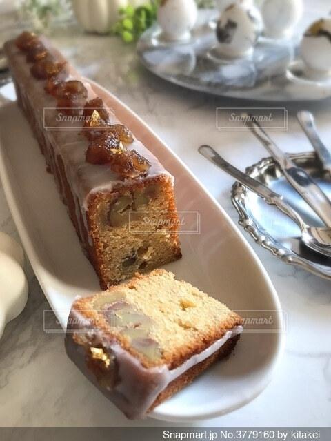 皿の上のケーキの写真・画像素材[3779160]