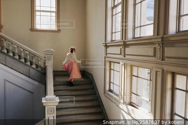 階段の踊り場の写真・画像素材[2587607]