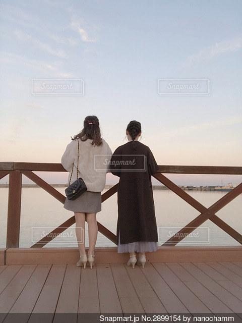 桟橋の前に立っている人の写真・画像素材[2899154]