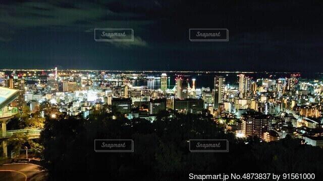 夜の都市の眺めの写真・画像素材[4873837]