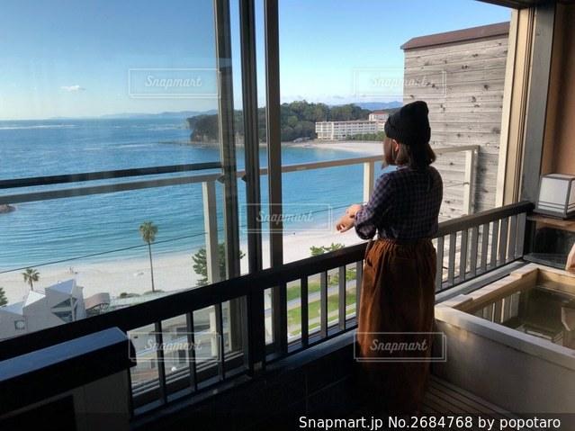 窓の前に立っている人の写真・画像素材[2684768]