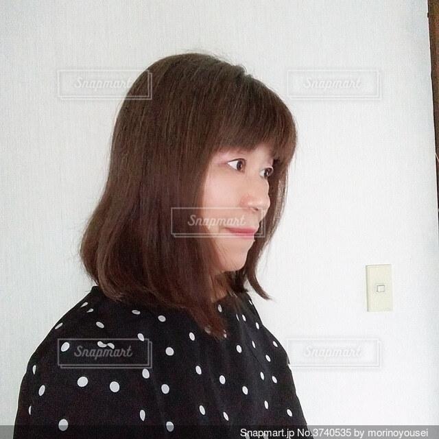 横向きの六十歳の女の人の写真・画像素材[3740535]