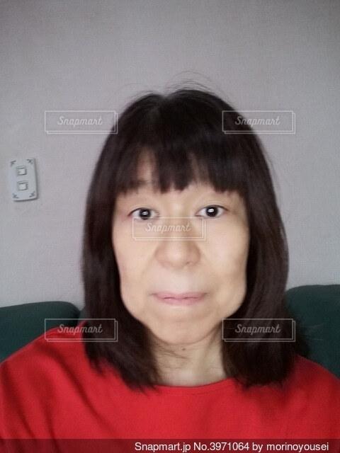 前を向いた60歳の女性のポートレートの写真・画像素材[3971064]