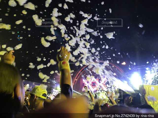 泡が降るナイトパーティーの写真・画像素材[2742439]