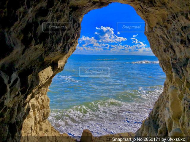 絶景が望める洞窟発見の写真・画像素材[2850171]