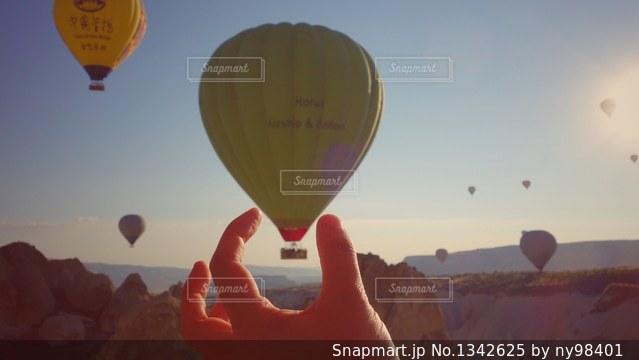 気球をつまんでの写真・画像素材[1342625]