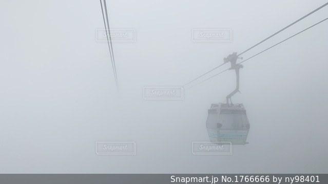 霧の中のロープウェイの写真・画像素材[1766666]