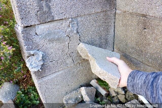 住宅の庭の割れたブロック塀の写真・画像素材[4011536]