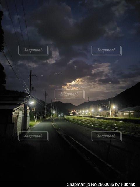 街灯と月明かりの写真・画像素材[2860036]