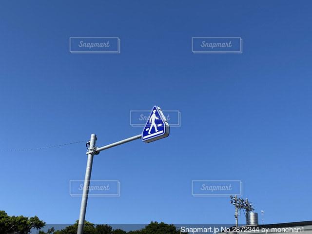 道路標識と青空の写真・画像素材[2872344]