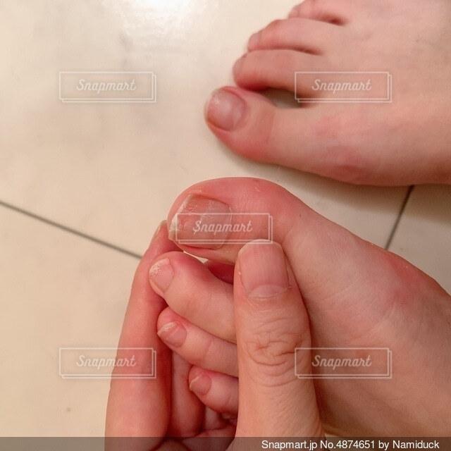 足の指を見る手元の写真・画像素材[4874651]