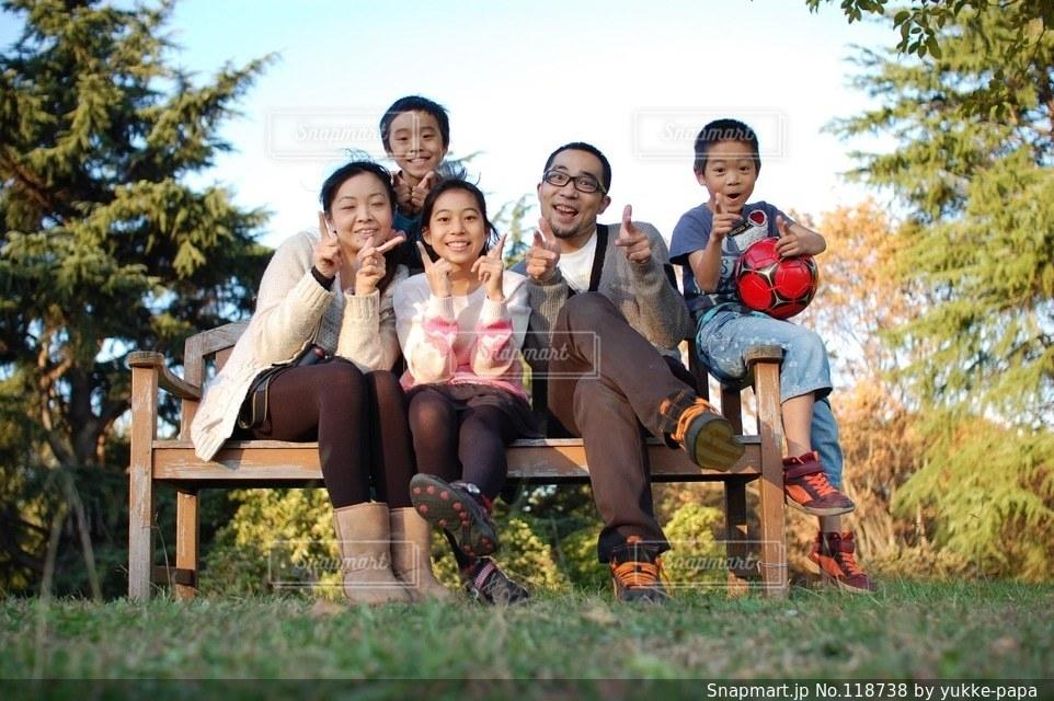 子ども,家族,5人以上,自然,風景,公園,秋,集合写真,ファミリー,人物,記念写真の写真素材