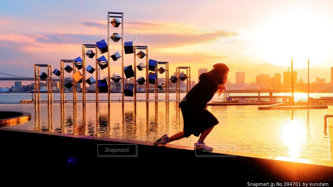 女性,20代,夕日,日本の絶景,東京,世界の絶景,美しい,逆光,日本,オブジェ,水鏡,夕陽,リフレクション,レインボーブリッジ,東京湾,サンセット,トワイライト,晴海埠頭,芸術的