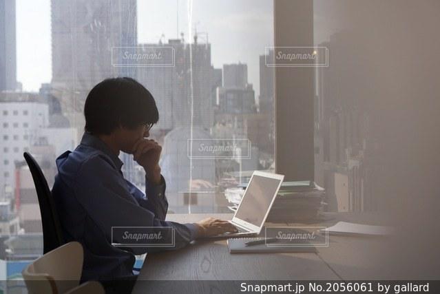 働く男性の写真・画像素材[2056061]