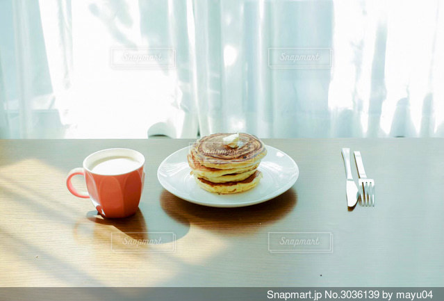 テーブルの上にコーヒーを一杯入れるの写真・画像素材[3036139]