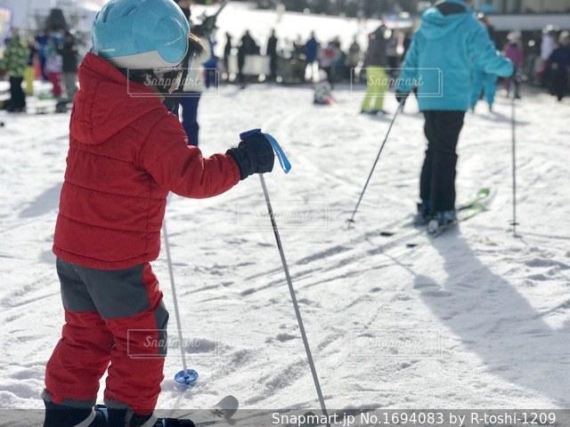 子供、初めてのスキーの写真・画像素材[1694083]