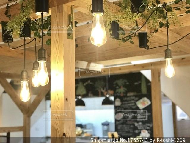 カフェの照明の写真・画像素材[1765743]
