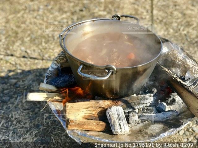 焚き火台でダッチオーブンを使ったビーフシチューの写真・画像素材[1795191]
