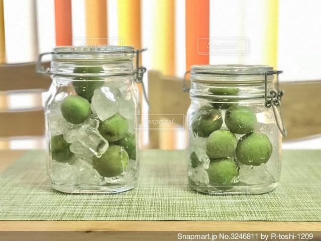梅雨時期も近いので、梅と氷砂糖でジュースを作ってみます。ふの写真・画像素材[3246811]