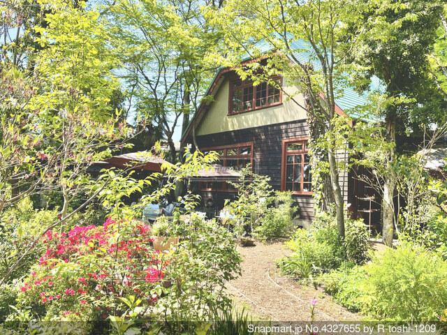 樹々に囲まれた古民家カフェの写真・画像素材[4327655]