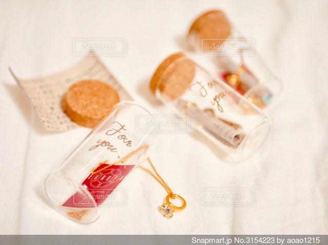 小瓶に入ったメッセージカードの写真・画像素材[3154223]
