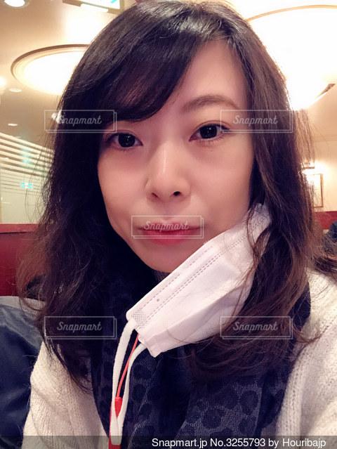マスクを外した女性の写真・画像素材[3255793]
