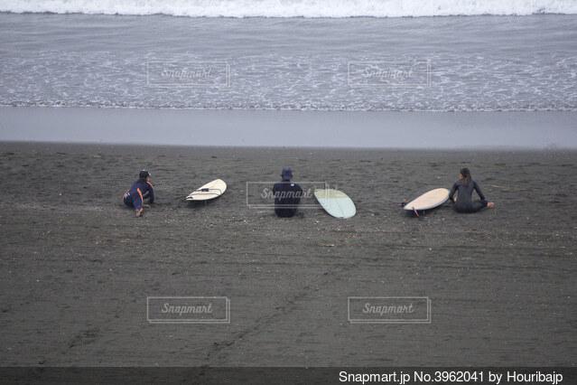 サーフィン前の準備体操の写真・画像素材[3962041]