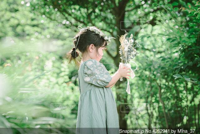 花束と子どもの写真・画像素材[4262941]