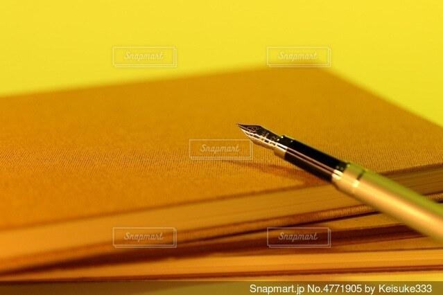 黄昏 ノートと万年筆の写真・画像素材[4771905]