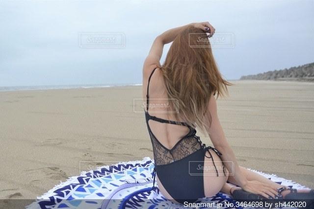 海岸と水着を着た女性の後ろ姿の写真・画像素材[3464698]