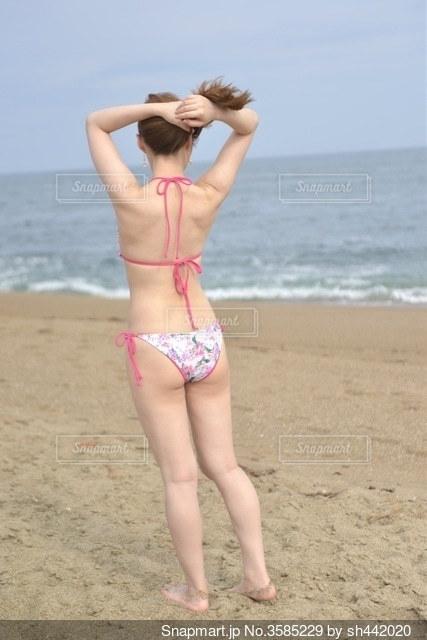 浜辺に立つ水着女性の後ろ姿の写真・画像素材[3585229]