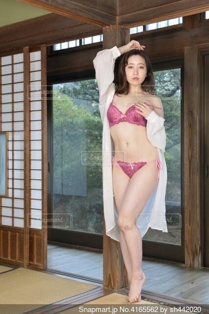 和室でポーズをとるピンクの下着姿の若い女性の写真・画像素材[4165562]