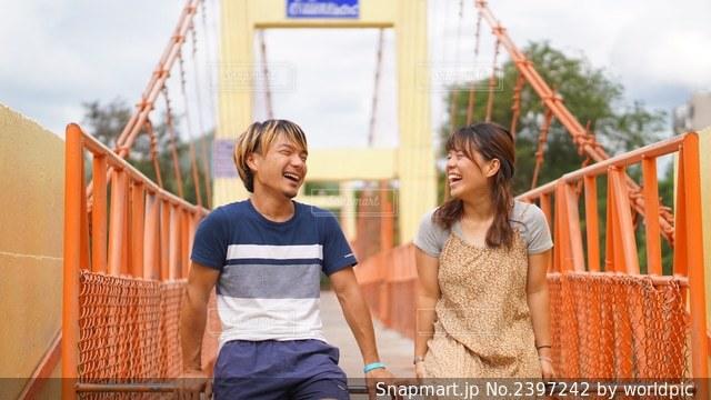 橋の前で腰掛けてお喋りの写真・画像素材[2397242]