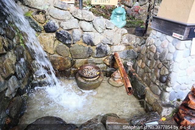 岐阜県下呂市 下呂温泉の小さな滝とカエルの置物の写真・画像素材[3977854]
