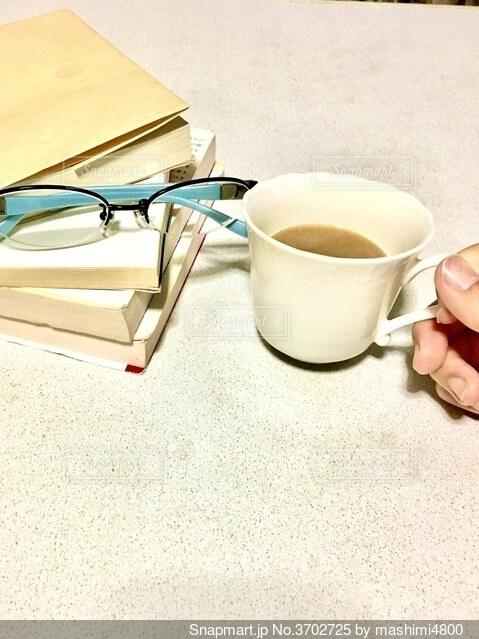 お気に入りの本とコーヒーの写真・画像素材[3702725]