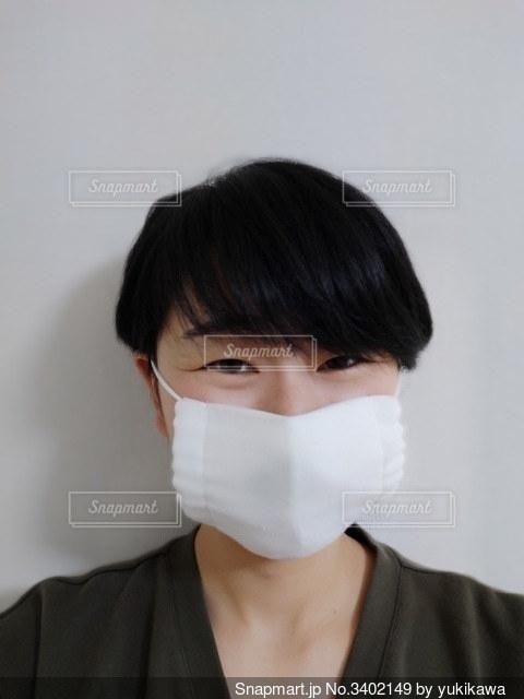 マスクをして笑っている人の写真・画像素材[3402149]