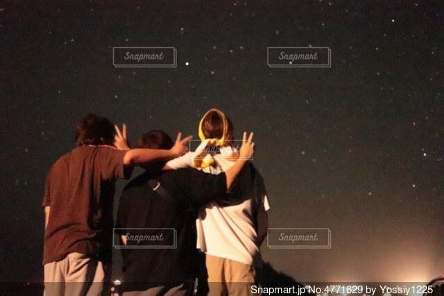 夜空にたそがれる男三人の写真・画像素材[4771629]