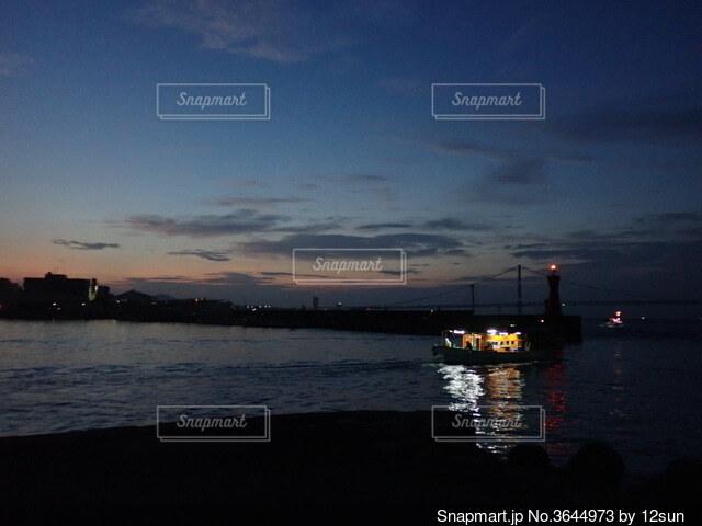 夜明け前、漁にむかう漁船の写真・画像素材[3644973]