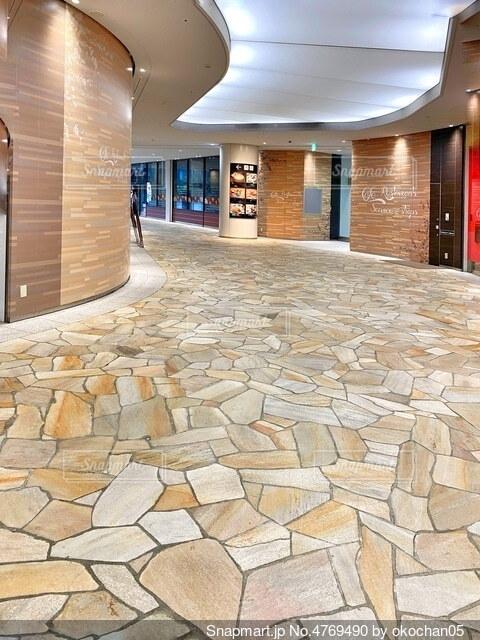 石造りの床のあるビル内の飲食店街の写真・画像素材[4769490]