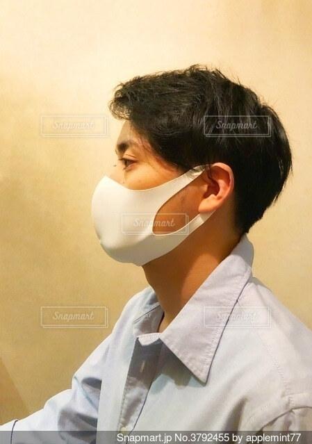 マスクを付けた男性の横顔の写真・画像素材[3792455]
