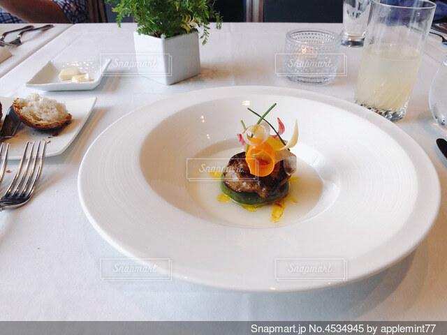 オシャレで上品なステーキの盛り付けの写真・画像素材[4534945]