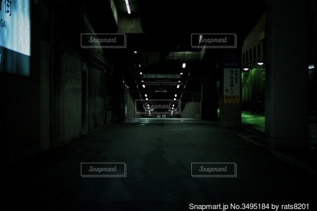 夜にライトアップされた建物の写真・画像素材[3495184]